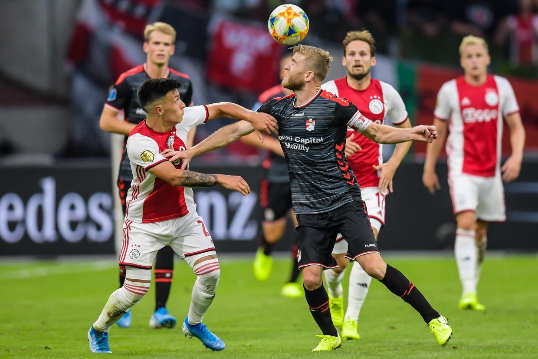 Lisandro Martínez, hier in duel met Michael de Leeuw van FC Emmen, is net zo'n killer als Matthijs de Ligt.   Beeld Gerrit van Keulen/ANP/VI Images