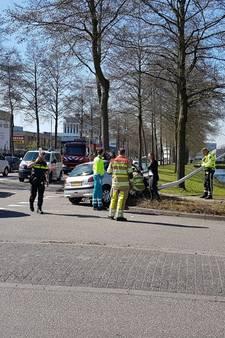 Automobilist bekneld na aanrijding op De Hoef