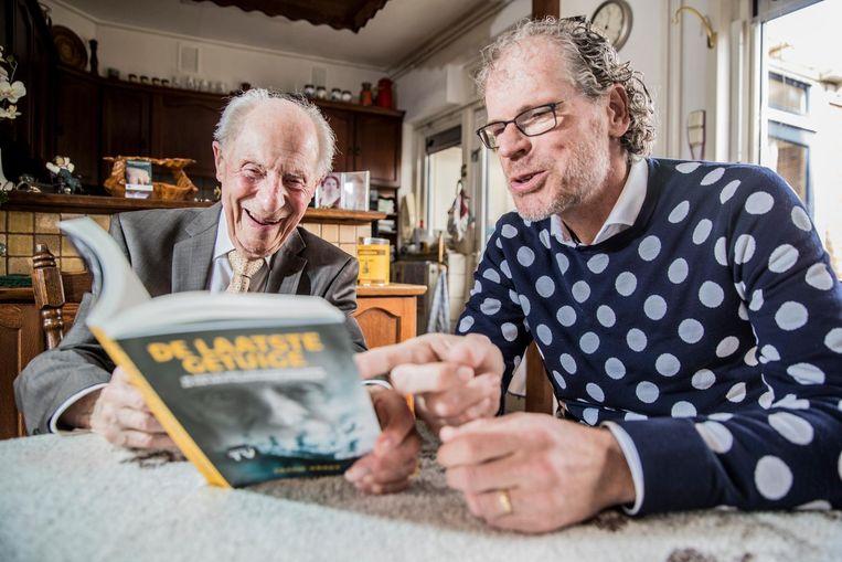 Wim Aloserij en Frank Krake, schrijver van het boek De Laatste Getuige. Beeld Rob Voss