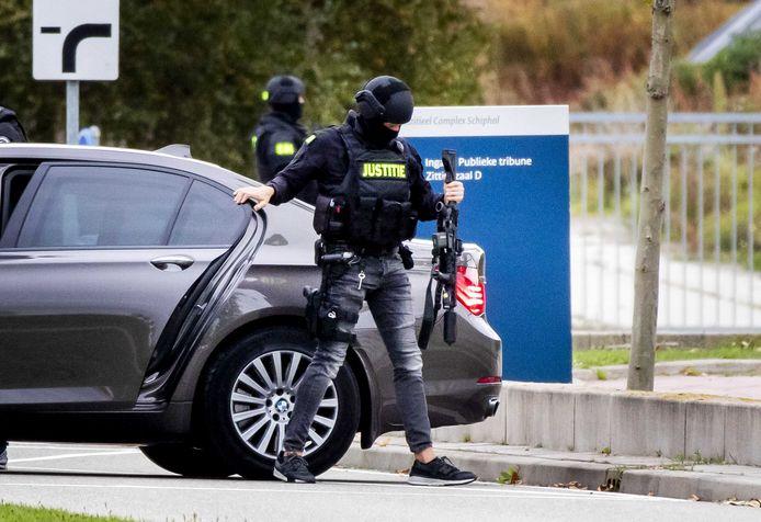 Zware beveiliging door politie en marechaussee bij de extra beveiligde rechtbank op Schiphol.