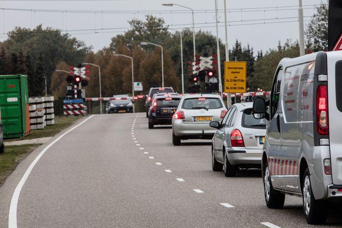 Wachtende auto's voor overweg Binderendreef in Deurne: een bron van irritatie