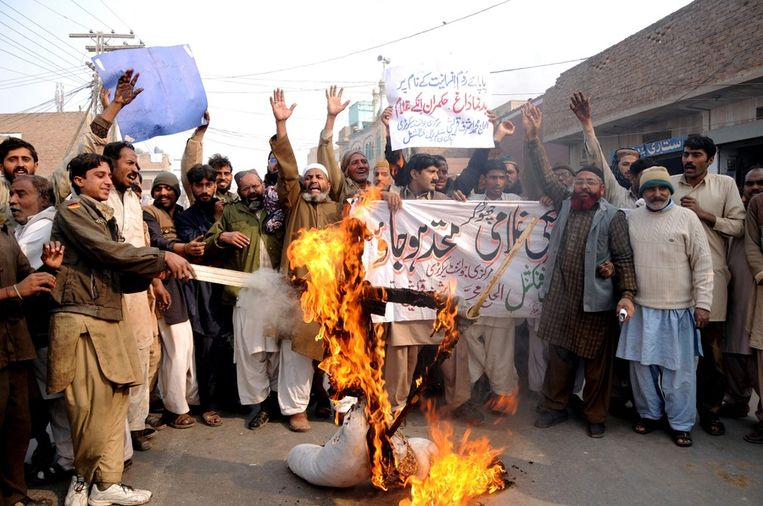 Boze Pakistanen verbranden een pop die Paus Benedict XVI moet voorstellen, nadat hij ervoor heeft gepleit de blasfemiewetten aan te passen. Beeld anp