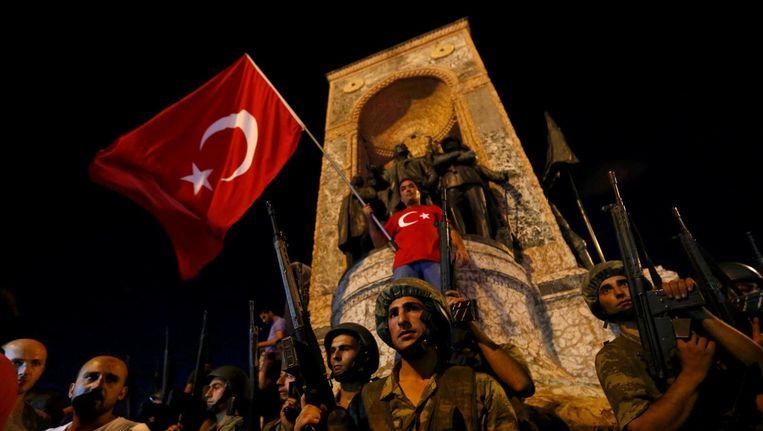 Militairen vrijdagavond op het Taksimplein. Beeld reuters