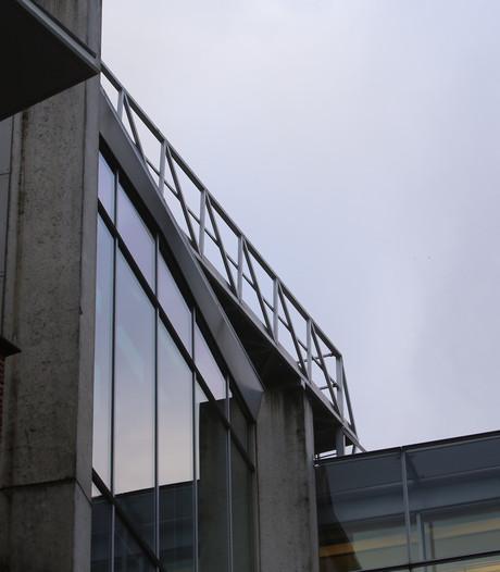 Loopbrug op dak stadskantoor Den Bosch zit los door zware windstoten: pand deels ontruimd