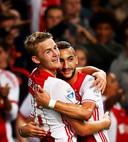 Matthijs de Ligt viert de 2-0 tegen Willem II met Hakim Ziyech.