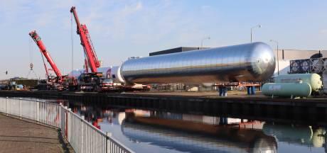 Megatank op transport in Nijkerk
