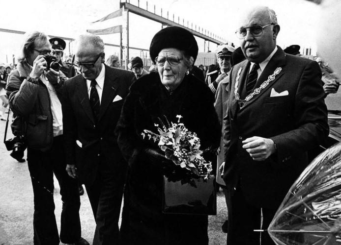 Cees Pijl Hogeweg, hier al burgemeester van Zwijndrecht, met de toenmalige Koningin Juliana.