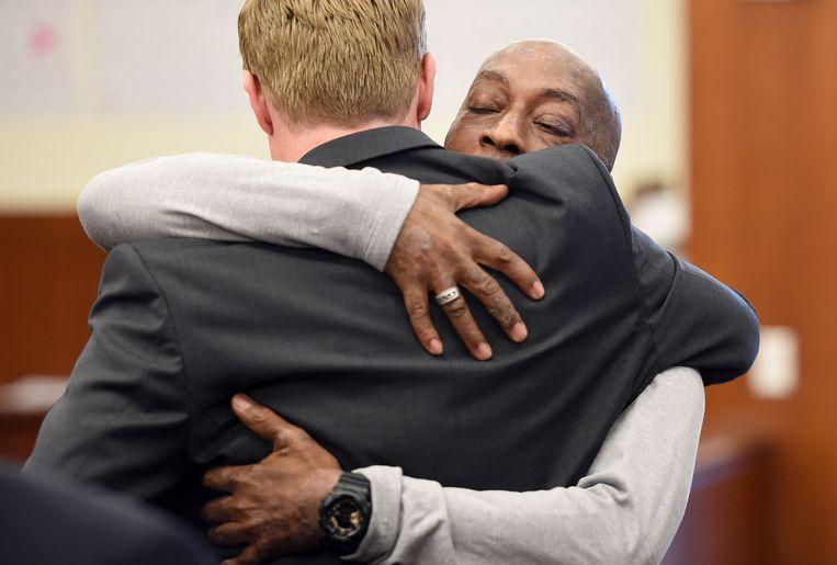 DeWayne Johnson omhelst een van zijn advocaten in de rechtbank na het horen van het verdict.
