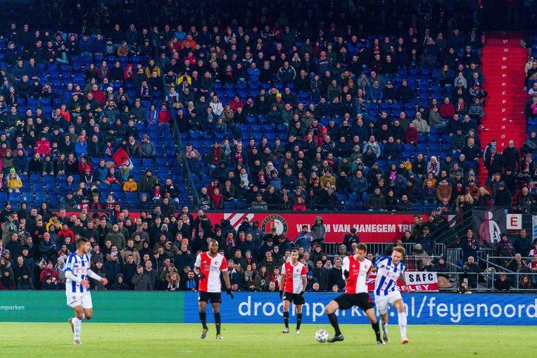 Fans kijken toe tijdens een duel tussen Feyenoord en Heerenveen.