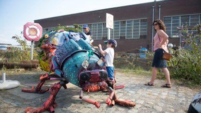 Jongeren maken enorme mestkever met afval uit Schelde