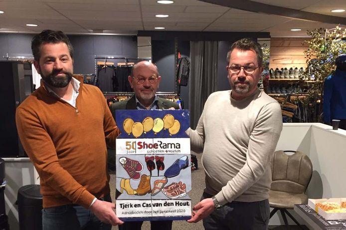 De broers Tjerk (links) en Cas met hun vader Henk, de oprichter van ShoeRama.