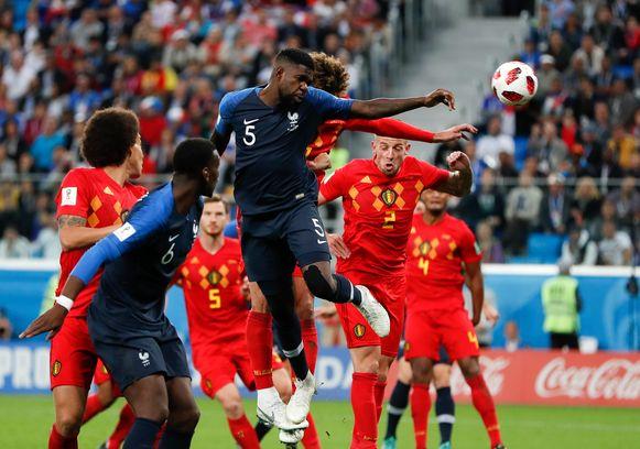 Umtiti knikkert een hoekschop binnen. Goed voor de 1-0-zege van Les Bleus tegen de Rode Duivels.
