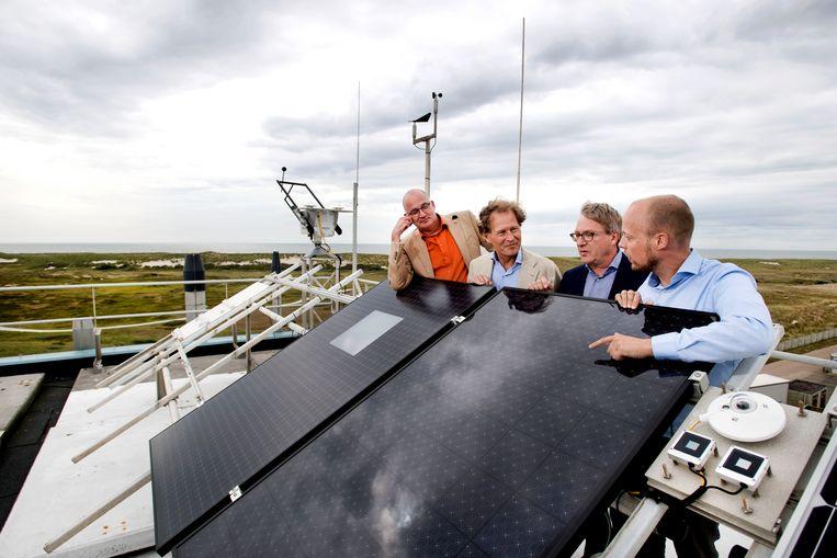 Zonnepanelen op dak bij ECN. vlnr, Daniel Kuijk, Bart Schouws, Paul Wyers en Wouter van Strien.  Beeld Olaf Kraak