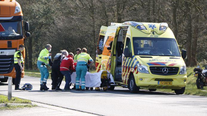 Bij een botsing op de Arnhemseweg in Beek (gemeente Montferland) tussen twee motoren is één bestuurder gewond geraakt.