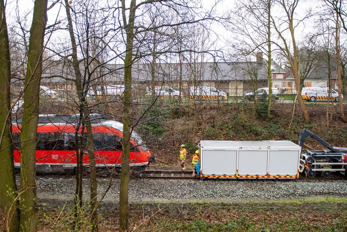 De trein die gisteravond ontspoorde nadat het in aanrijding kwam met een omgevallen boom is weer op het spoor gezet en is op de weg terug naar Duitsland.