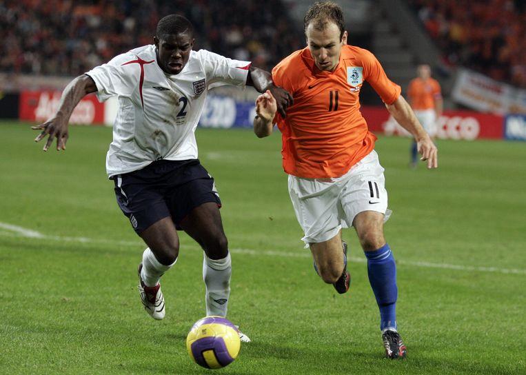 Micah Richards in duel met Arjen Robben.