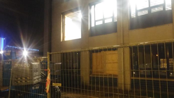 Aan de achterzijde van het gemeentehuis in Veghel is vermoedelijk een houten plaat los gewaaid.