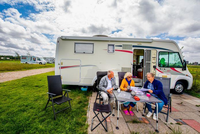Camping de Drie Morgen in Zoetermeer op de nieuwe locatie eigenaar Edith ( in het blauw ) met kampeerders Miep en Jaap Verhage, ze trekken de wereld rond met een camper en hebben geen huis. Soms komen ze even terug naar Zoetermeer voor de familie.