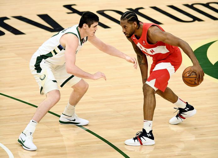 Kawhi Leonard (rechts) in duel met Ersan Ilyasova van Milwaukee Bucks.
