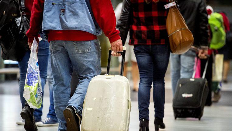 Reizigers uit de Egyptische badplaatsen Hurghada en Marsa Alam aan de Rode Zee, die afgelopen weekend terugkeerden op luchthaven Schiphol. Beeld anp
