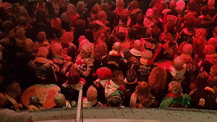 UT strooide kubekes confetti uit over de mensen in de pleinzaal