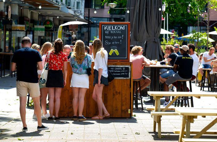 Vele zaken zoals Café Bokaal op de Nieuwemarkt hebben tal van maatregelen genomen zodat bezoekers afstand houden.