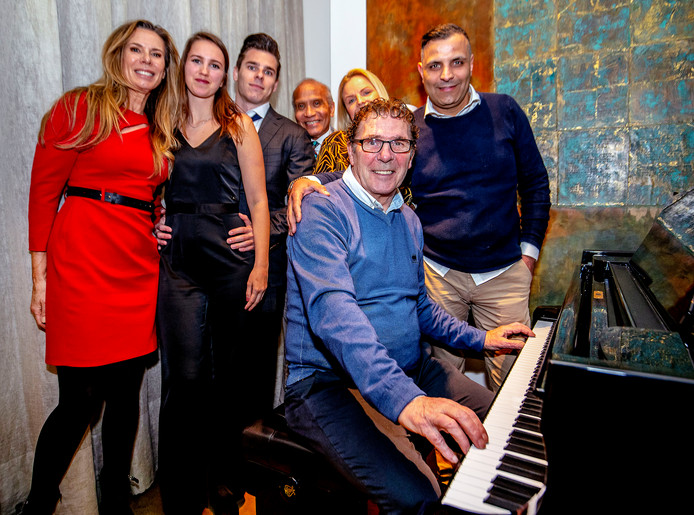 De gala-avond voor Willem van Hanegem in de Doelen begon met de Kromme achter de piano met zijn gezin.