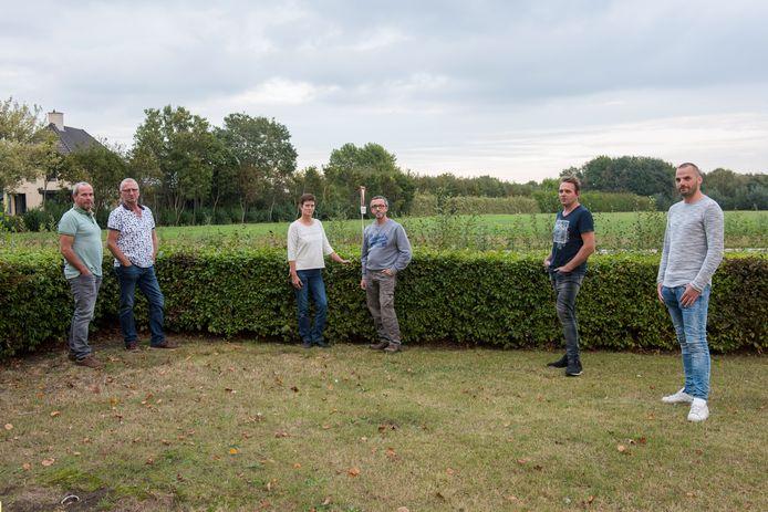 Kees Lavrijsen, Petro Slaats, Petra en Toon Adams, Joost Derks en Rob Groenen (vlnr) bij de plek aan de Witrijt.