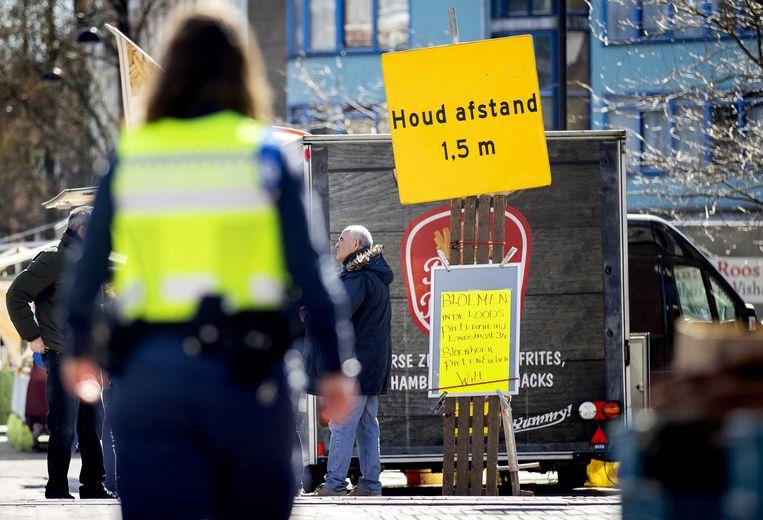 In Amsterdam wordt de 1,5 meter afstand gehandhaafd.  Beeld EPA