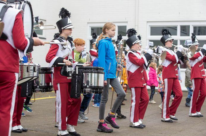 Kinderen die wel oren hebben naar een plekje bij de jeugdshowband van Irene in Ede, konden dit weekend proeven van hoe dat jeugdshowbandleven is: zo mochten ze meelopen tijdens een kort optreden.