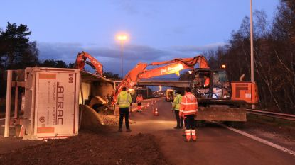 Truck met lading grind kantelt na klapband: snelweg 3,5 uur versperd