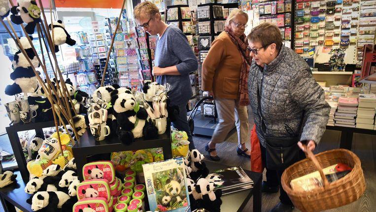 Pandaparafernalia in winkels in Rhenen. Beeld Marcel van den Bergh / de Volkskrant