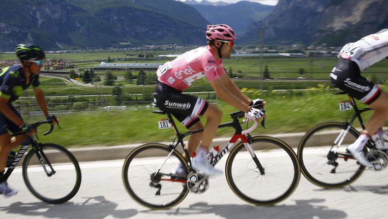 De Nederlandse hoop op een Giro-overwinning Tom Dumoulin in de roze leiderstrui in de etappe tussen Tirano en Canazei. Beeld afp