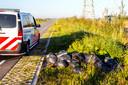 De politie onderzoekt de dumping van tientallen zakken hennepafval langs de Landbouwweg in Dordrecht.