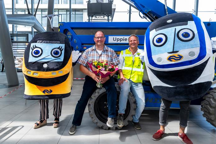 De 'vergeten hoogwerker' in station Utrecht Centraal heet voortaan Uppie. Links de bedenker van de naam, Rob Friederichs, rechts adviseur techniek Corné Bakker.