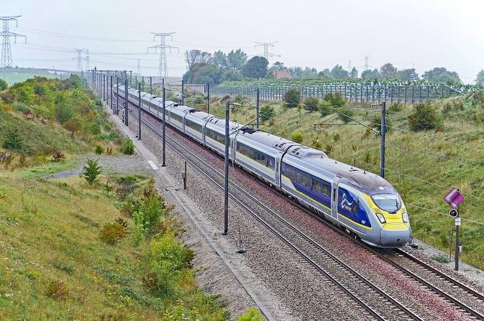 De Eurostar reed door rood.