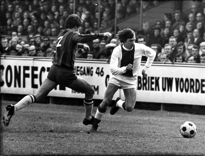 1970: Johan Cruijff passeert tijdens Haarlem-Ajax aanvoerder Beer Wentink.