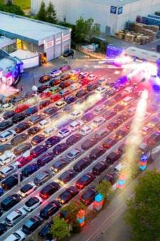 Honderden auto's vormen toneel voor diploma-uitreiking in drive-in