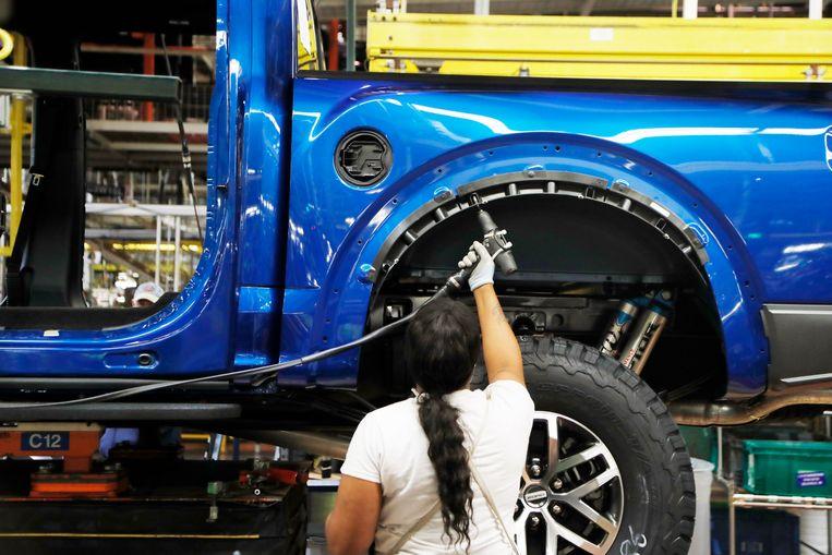 Een werknemer van Ford werkt aan de productie van de Ford F-150 pick-up truck in Dearborn, Michigan. De F-serie is een van de best verkochte auto's ter wereld. Beeld AP