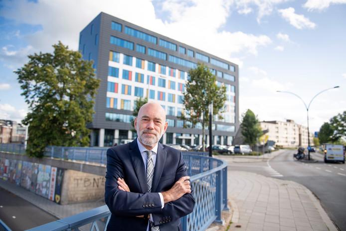 Directeur Wijnand Lodder voor het pand van de Justitiële Informatiedienst aan de Burgemeester Raveslootsingel.