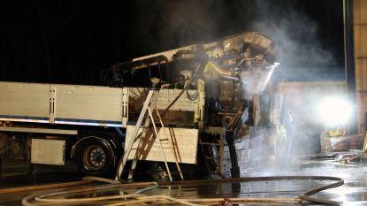 Oplegger vat vuur in bedrijfshal van Vermetten NV