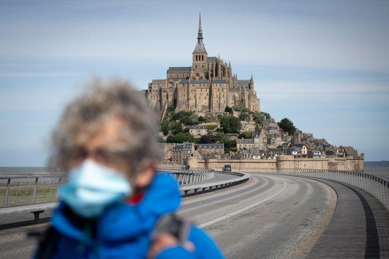 Op het beroemde eiland Mont Saint-Michel, geliefd bij Nederlanders, moeten bezoekers sinds woensdag verplicht een masker op. Beeld AFP
