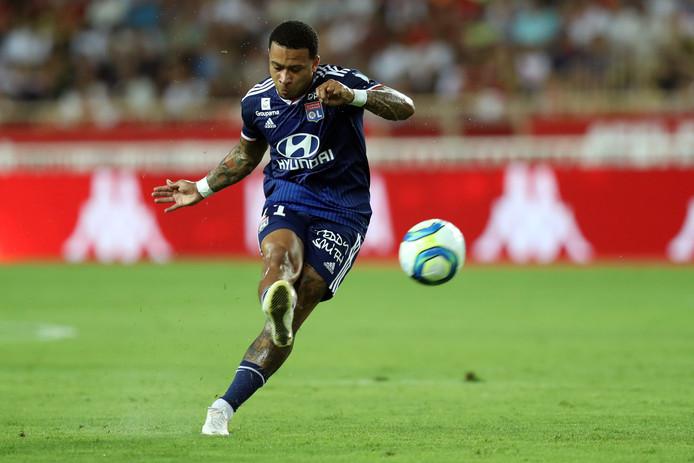 Memphis Depay schiet de 0-2 binnen voor Olympique Lyon tegen AS Monaco.