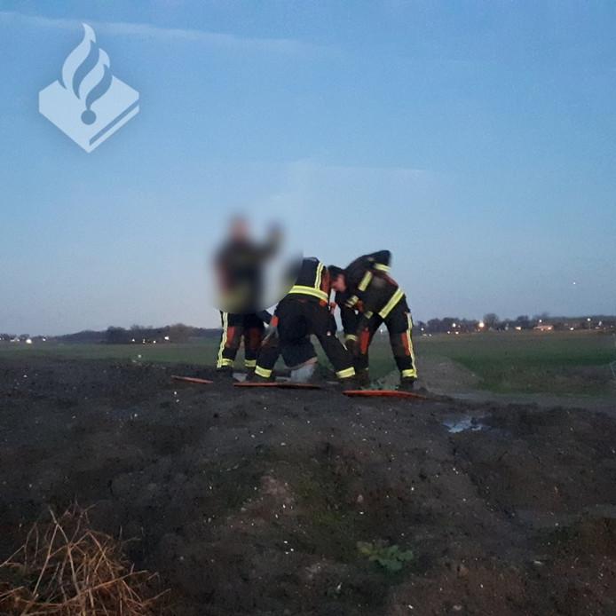 Bij de Landerij in Langeraar moet de brandweer de in de modderige grond gezakte jongen bevrijden.