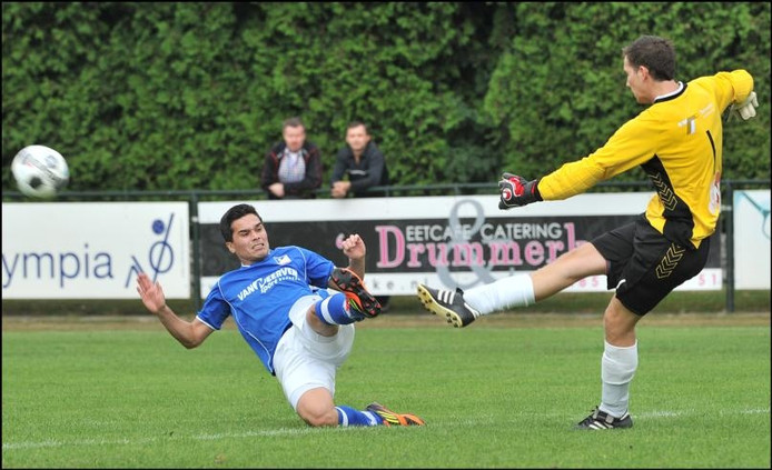 Doelman Remco Loeffen (r) is in het shirt van Milsbeek net iets eerder bij de bal dan David Ririhena van Olympia'18. Archieffoto: Theo Peeters.