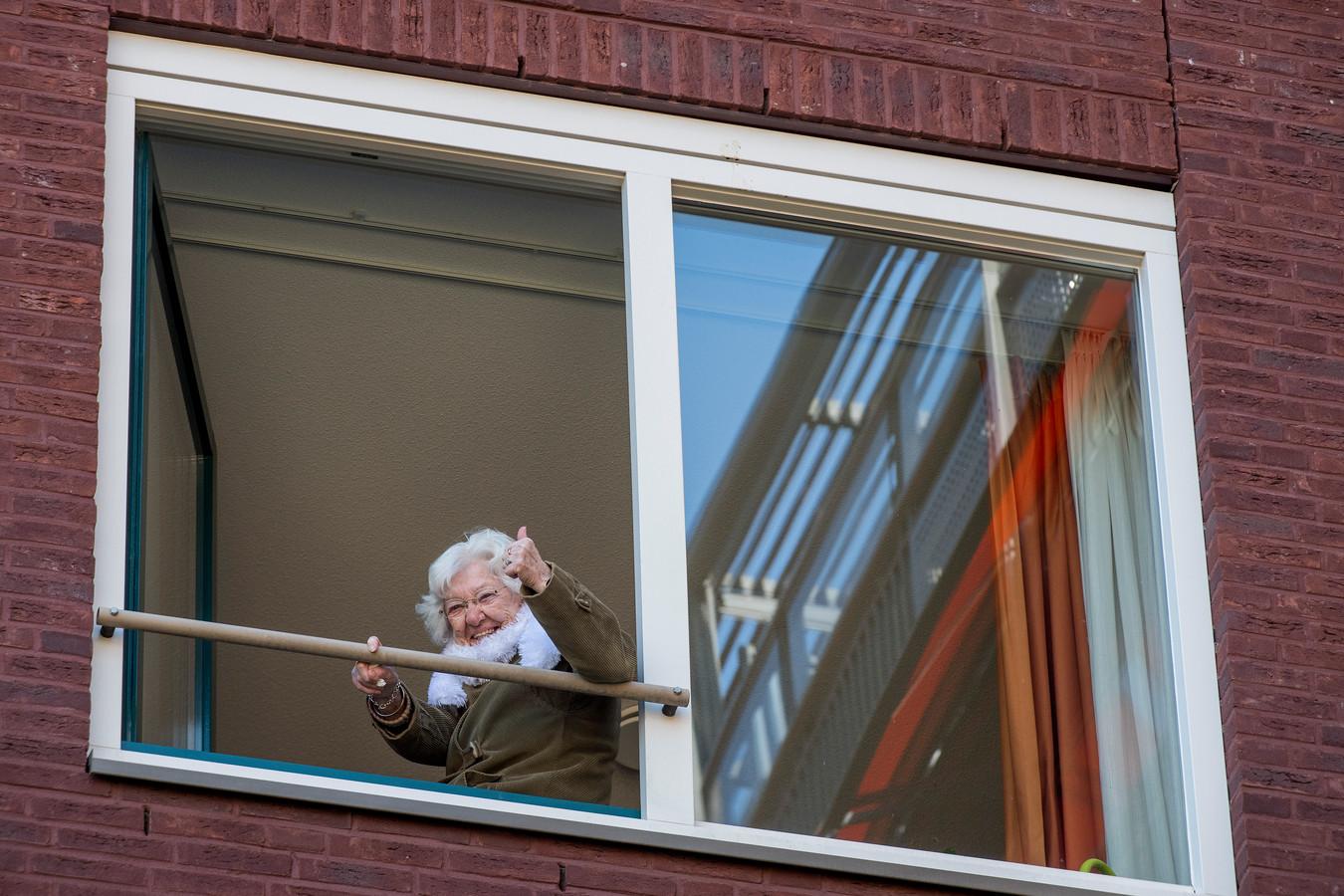 De 99-jarige oma Reintje genoot zondagmiddag van haar kleindochter Kilke van Buren. Ze trad op voor de bewoners van Walstede.