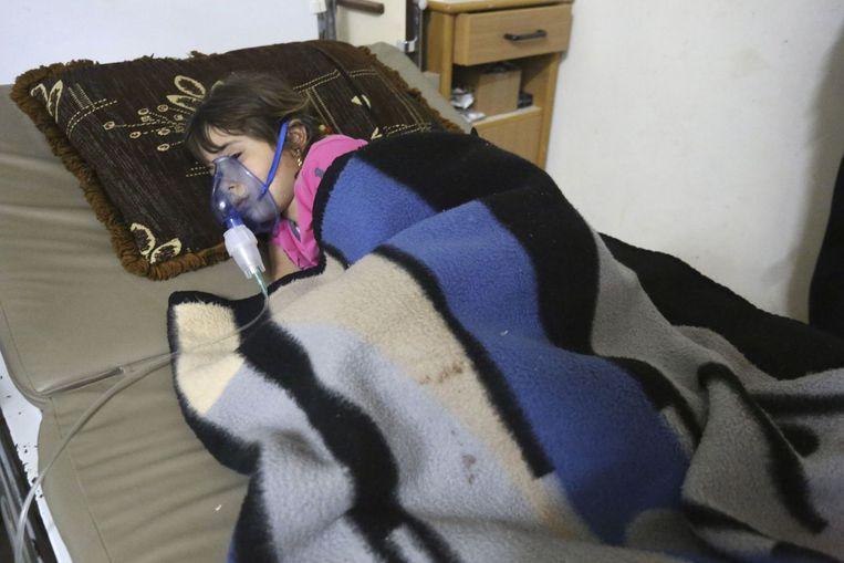 Een Syrisch meisje na een vermeende gifgasaanval in Damascus, mei 2014. Beeld Reuters