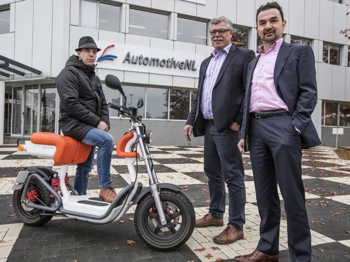 Eelco Gielen heeft zijn elektrische scooter startklaar. Zijn bedrijf Specs E-Mobility wordt begeleid door Anton Wolthuis (midden) en Herm Verbeek (rechts). Foto Ton van de Meulenhof