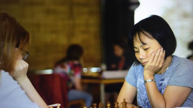 """'The Queen's Gambit' in 't echt! Zhaoqin is één van de weinige topschaaksters: """"Als meisje speelde ik altijd tegen allemaal mannen"""""""