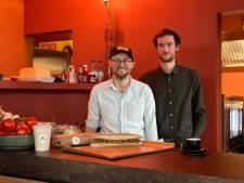 Schoolvrienden Karel en Gil openen gezellig koffiehuis met broodjesbar aan Oude Dokken